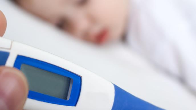 高熱が続きぐったりする赤ちゃんを病院に連れて行こうとするママ