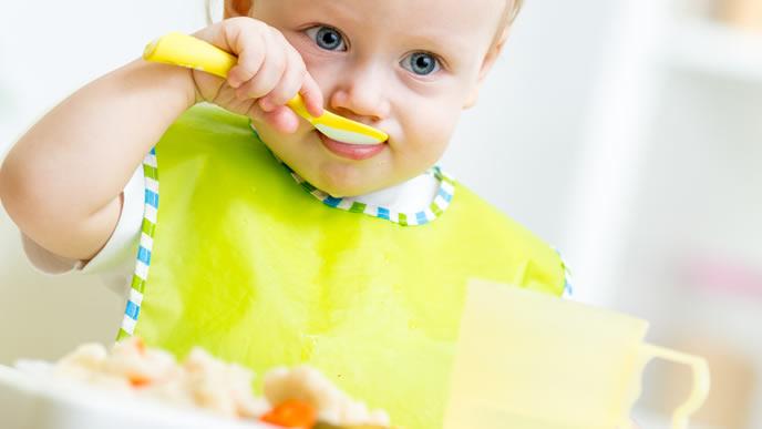 自分で離乳食を食べる食いしん坊な赤ちゃん