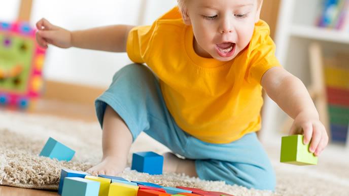 積み木で1人遊びをする男の子