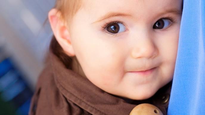 カメラ目線で可愛い表情を作る赤ちゃん