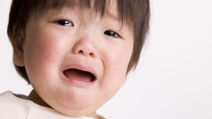 離乳食が原因による便秘に悩む男の子