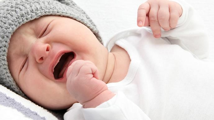 便秘で辛い思いをしている男の子の赤ちゃん