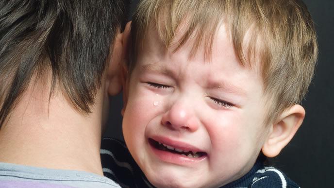 おなかが張ってギャン泣き中の男の子