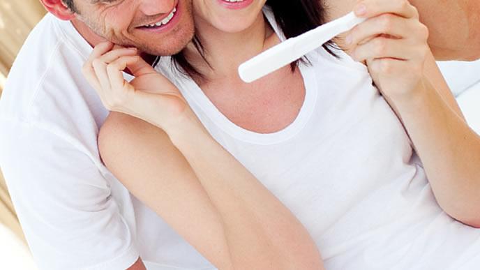 待望の妊娠に喜ぶカップル