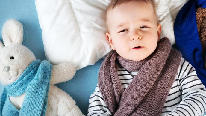 咳が止まらず切ない表情をしている男の子