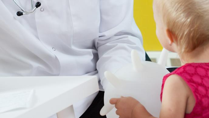 医師からの診察結果を心待ちにする赤ちゃん