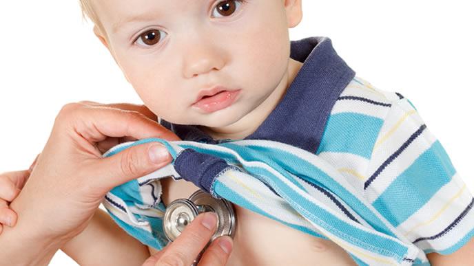 赤ちゃんの胸に聴診器を当てて様子を診る医師