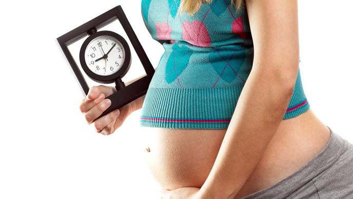 本陣痛と前駆陣痛の違いを時計で示す妊婦