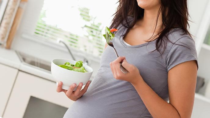 サラダを食べて便秘予防をする妊婦さん