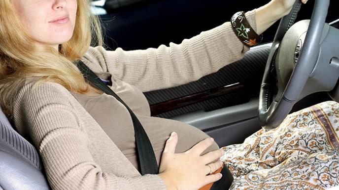 自家用車で出かける妊娠中の女性