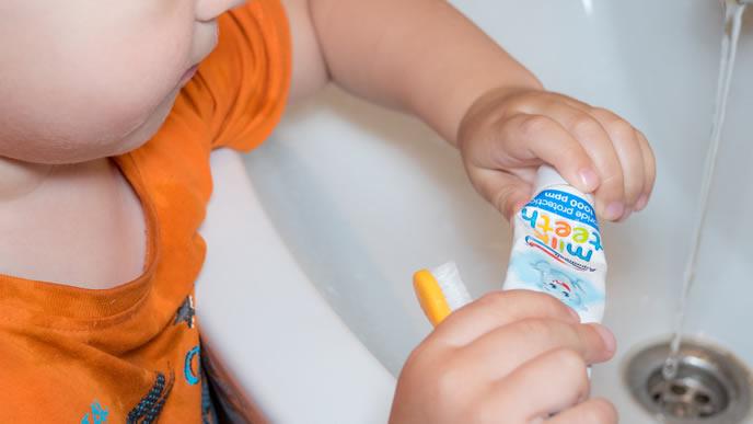 歯磨きを自分でしようとする優秀な赤ちゃん