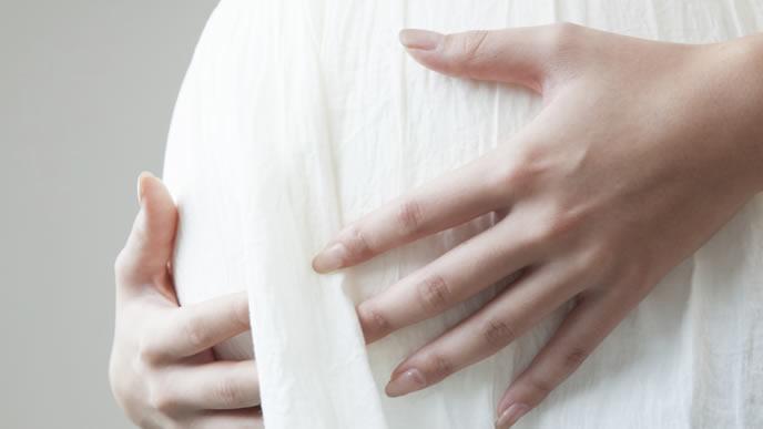 おなかを抱える正産期の妊婦さん