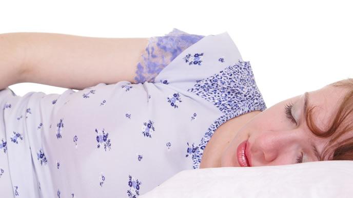 前駆陣痛の痛みに絶えられずベッドに横たわる妊婦さん