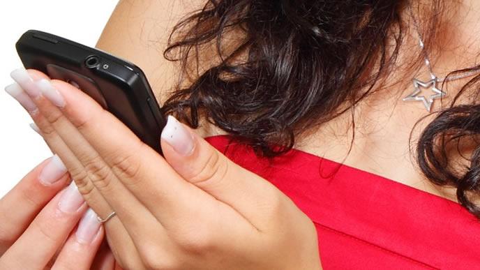 スマートフォンのアプリで前駆陣痛の間隔を図る妊婦