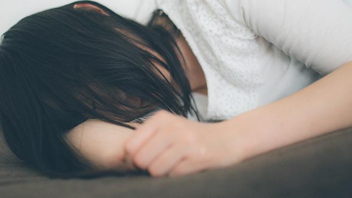 いつにも増して疲れて眠る女性