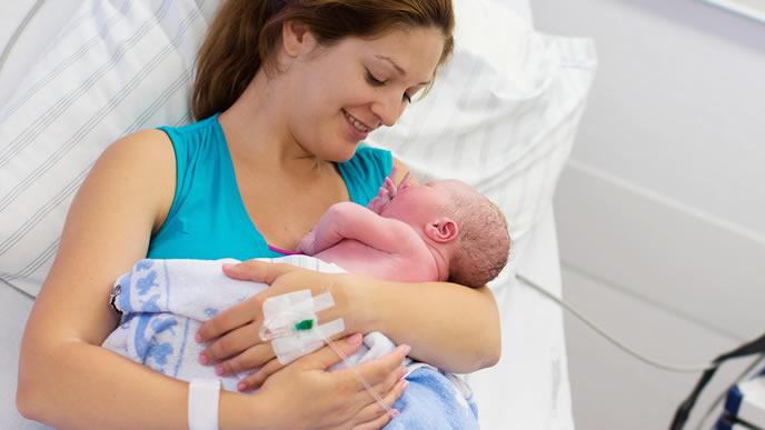 無事出産を終え我が子と対面して笑顔になる母親