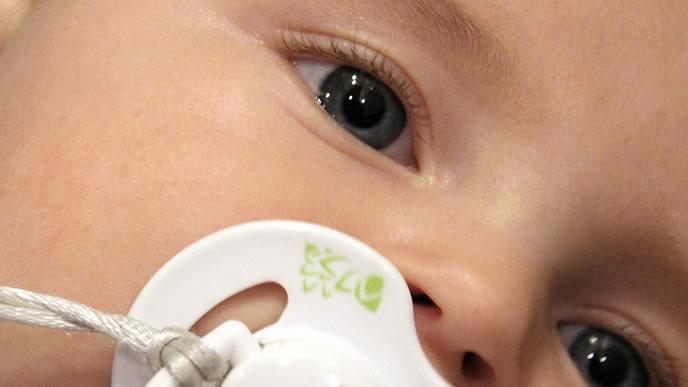 涙が溜まり目が充血しかけている赤ちゃん