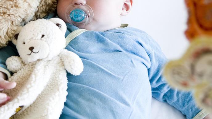 熱があり寝ている具合が悪い赤ちゃん