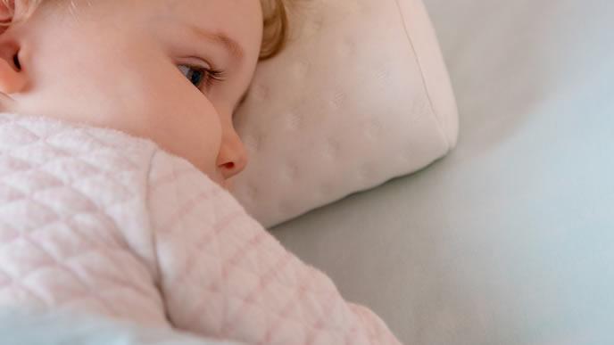 熱があり虚ろな表情で寝ている赤ちゃん