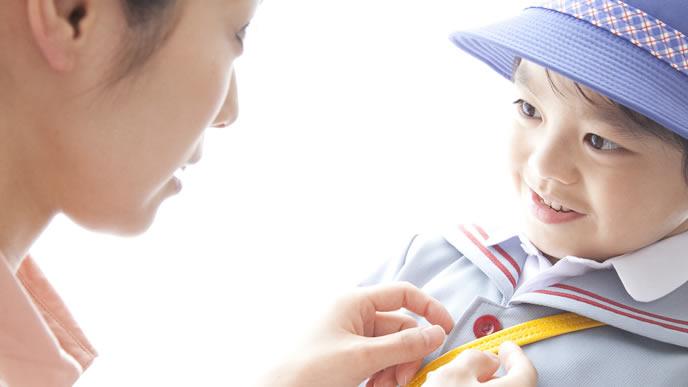 百日咳が治り幼稚園に登園する男の子