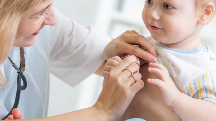 百日咳を早めに知るために病院で受診する赤ちゃん