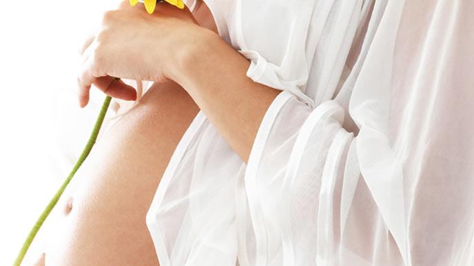 前駆陣痛の痛みに耐える妊婦