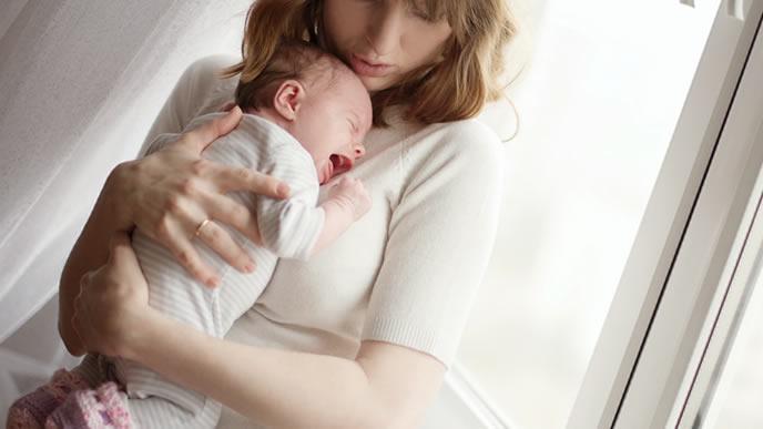 鼻血が出てギャン泣きする赤ちゃんを抱っこするママ