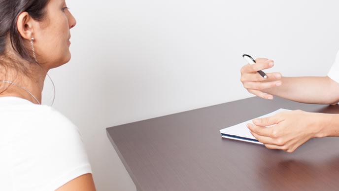 出生前診断の概要を説明される高齢出産の女性
