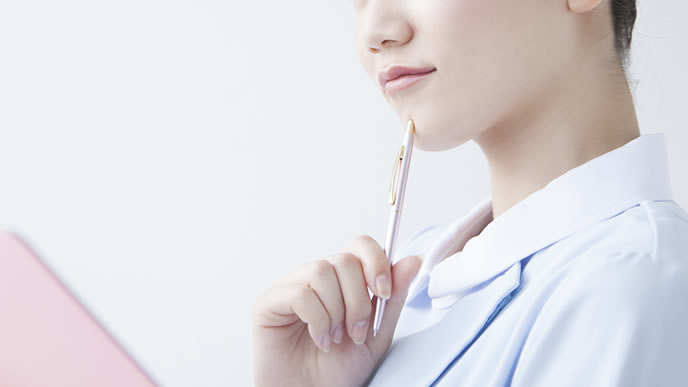妊娠初期症状のおりものの変化を確認する看護師