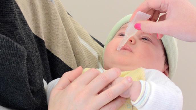 突発性発疹で下痢になり水分補給される赤ちゃん