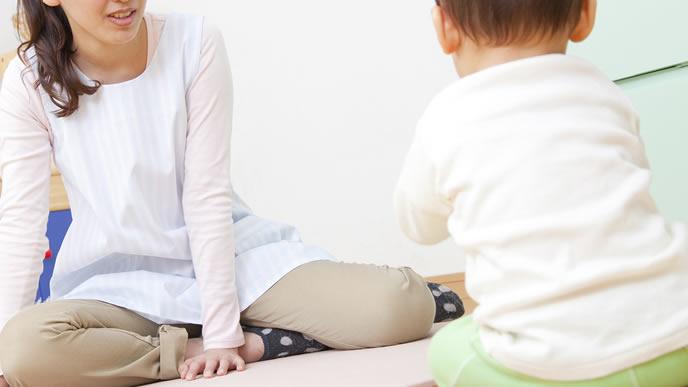 下痢の赤ちゃんを家庭でケアするお母さん