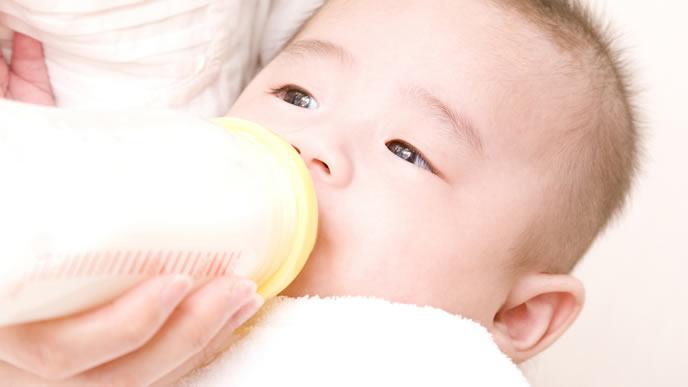 乳糖不耐症にかかりノンラクトミルクを飲む赤ちゃん