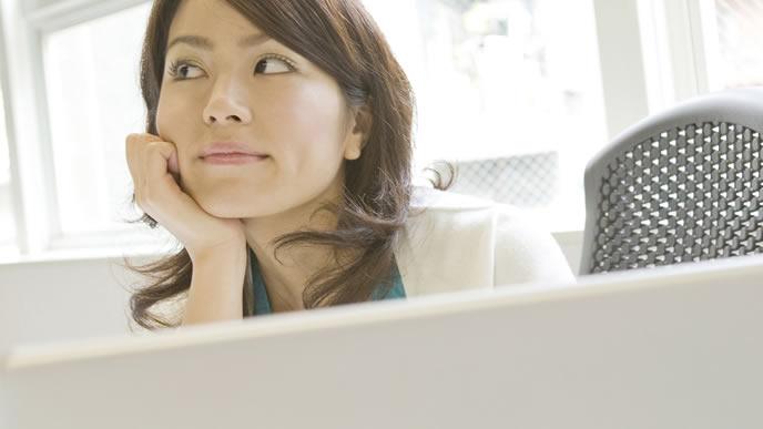 妊娠検査薬の再検査を考える女性