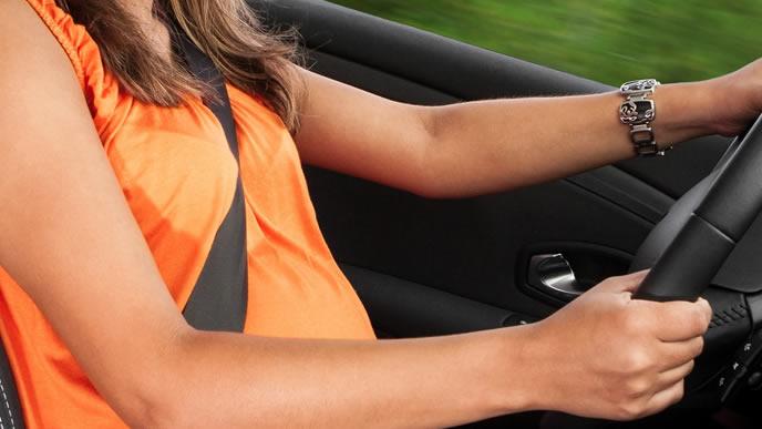 妊娠中に車の運転をする女性