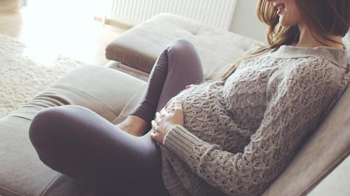 里帰り出産の日程を考える女性