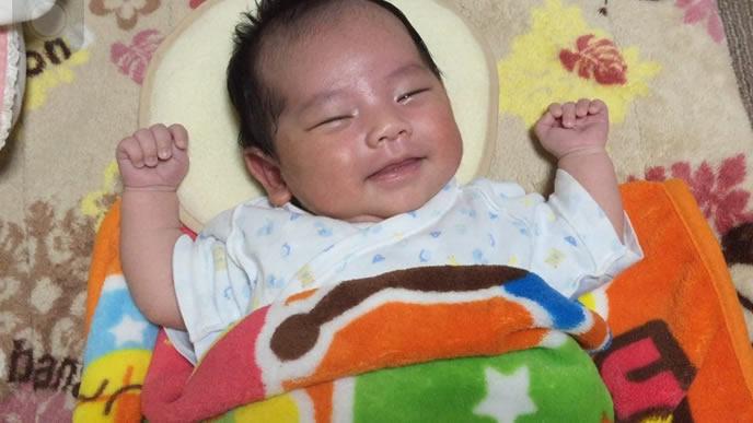 新生児微笑が可愛い新生児の赤ちゃん