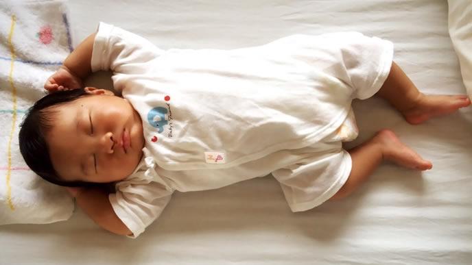 お尻がすっきりして熟睡する赤ちゃん