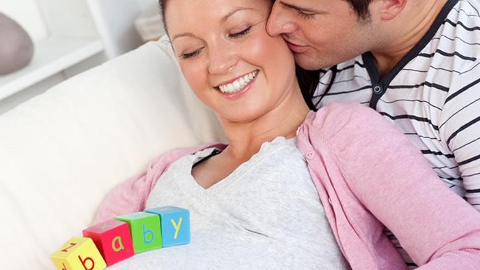 セレブな夫との間に出来た赤ちゃんを喜ぶ妊婦