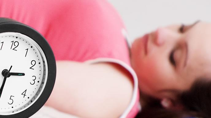 陣痛の間隔を計り病院に行くタイミングを見ている妊婦