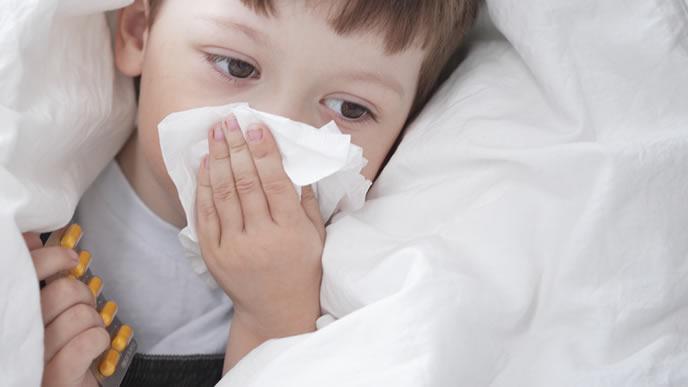 風邪で鼻水が止まらない男の子