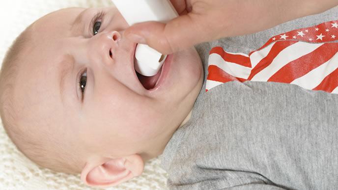 ウイルスを胎児する薬を飲まされギャン泣きする赤ちゃん