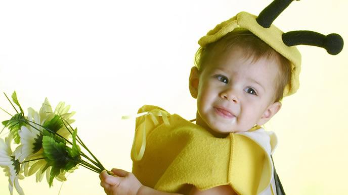 刺されると危険なハチのコスプレをした赤ちゃん