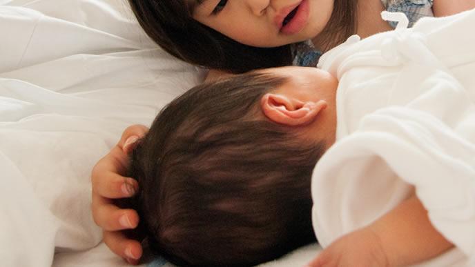 新生児の赤ちゃんを虫刺されから守る姉