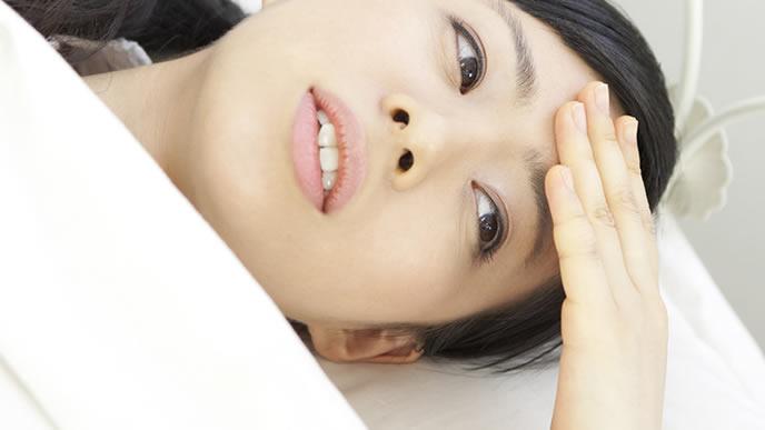 風邪を引き寝込む女性