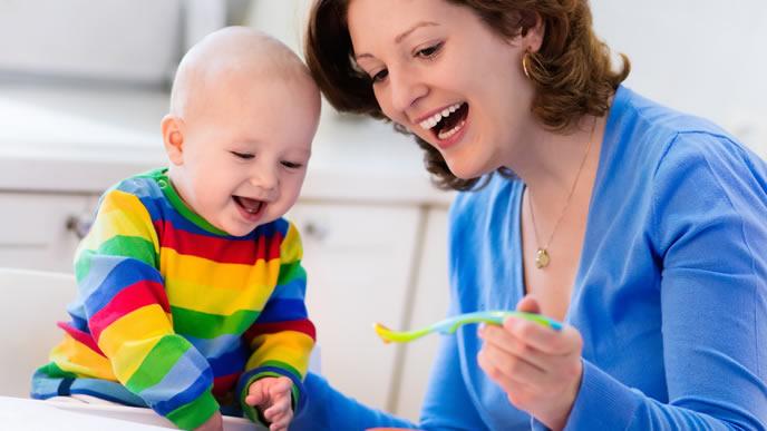 離乳食が楽しみで仕方がない笑顔の赤ちゃん