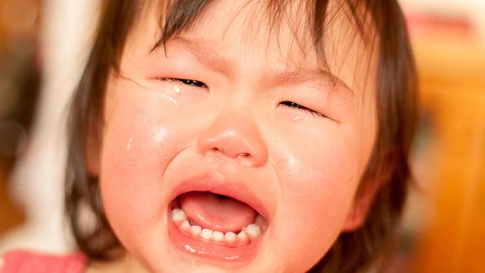 鼻がグズグズで気分が悪く泣きじゃくる女の子