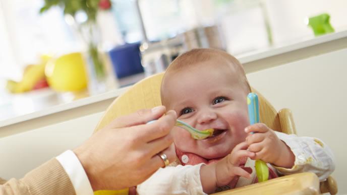 豆腐の離乳食を喜んで食べる赤ちゃん