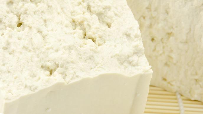 2つに割られ割栄養素を確かめられる木綿豆腐