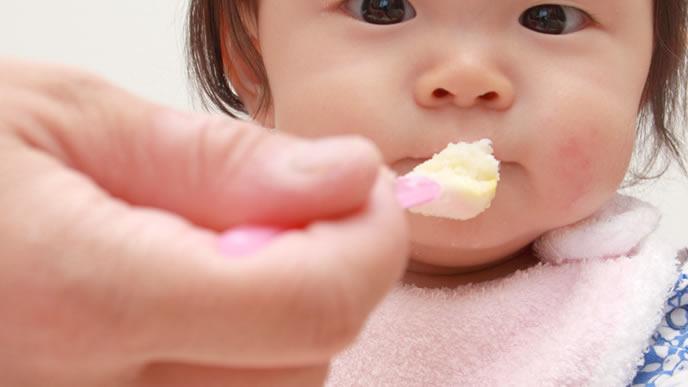 豆腐の離乳食を赤ちゃんに与えるママ