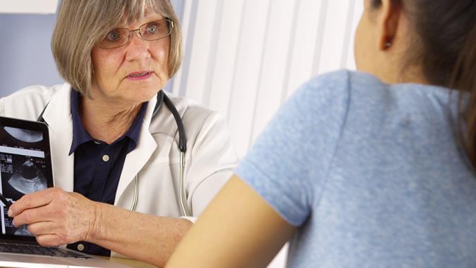 妊娠超初期症状があり産婦人科に相談する女性
